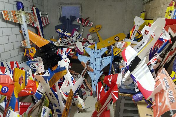 Über 100 Modellflugzeuge zu verkaufen, bitte Termin abmachen...